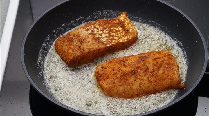 vis bakken in koekenpan