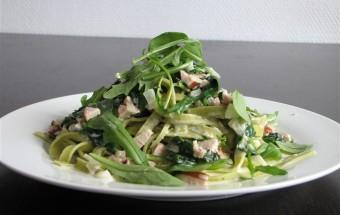 Pasta met gerookte kip, spinazie en roomsaus